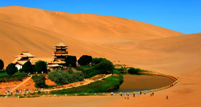 中国最美的40个旅游景点 – 甘肃省敦煌市鸣沙山和月牙泉