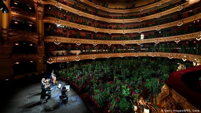 肺炎疫情:巴塞罗那著名歌剧院重开,观众有些特别