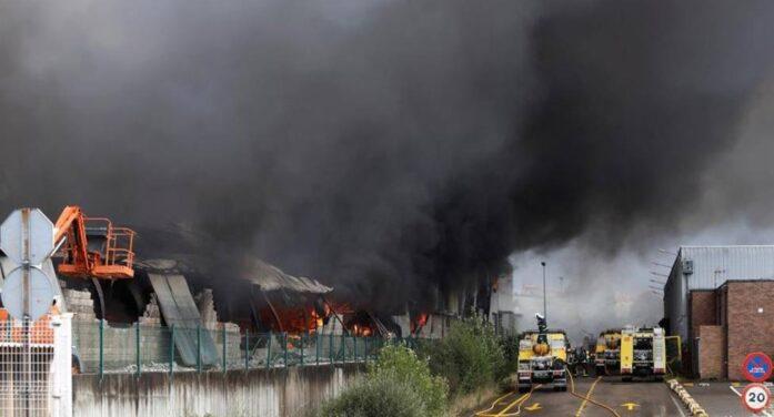 摩托车仓库起火导致大火吞噬一整排仓库