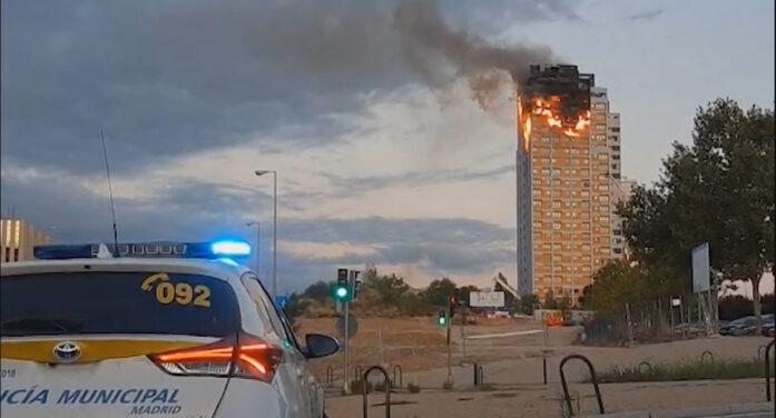马德里20层居民大楼火灾 烈火状况犹如高空点燃巨大火炬