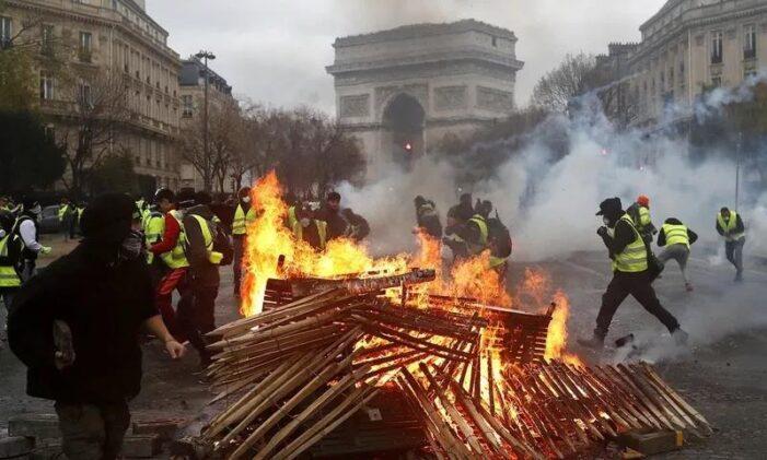 """法国疫情反弹,""""黄背心""""却又来了"""