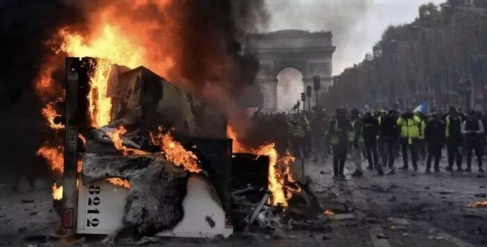 """法国日增确诊病例首次超过万例,总理警告疫情""""明显在恶化"""""""